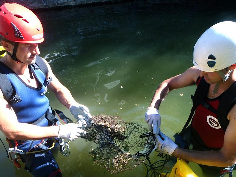eventos corporativos exploramás limpieza arroyo guadalmina descenso cañon barranquismo marbella aventuras empresas