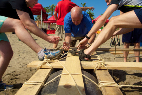 construccion-de-balsas-team-building-playa-exploramas-9